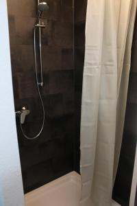 A bathroom at Bismarck Hostel Öhringen