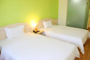 A bed or beds in a room at 7Days Inn Guangzhou Jiangnanxi Station Ⅱ