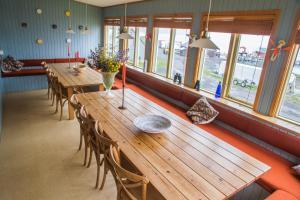 A restaurant or other place to eat at Hafaldan HI Hostel - Harbour Building