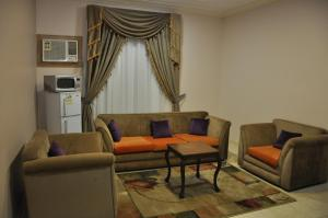 Uma área de estar em Mais jeddah suites 1