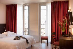 A bed or beds in a room at Escale Oceania Marseille Vieux Port