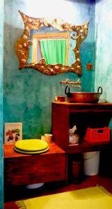 A bathroom at Chambres d'Hotes La Mystérieuse