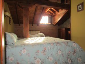 A bed or beds in a room at Posada La Venta de Quijas