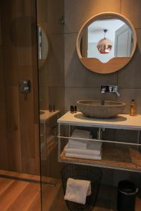 A bathroom at Boutique Hotel Nieuw Uilenburg