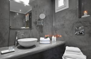 Salle de bains dans l'établissement Milos Villas Hotel
