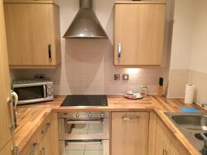 A kitchen or kitchenette at Leamington Spa Serviced Apartments - Ince House