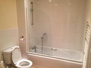 A bathroom at Leamington Spa Serviced Apartments - Avon Croft