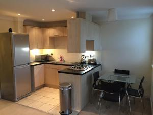 A kitchen or kitchenette at Leamington Spa Serviced Apartments - Avon Croft