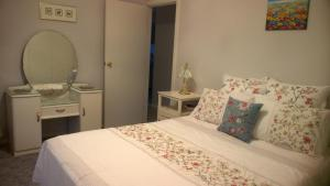 A bed or beds in a room at Butterfly Cottage