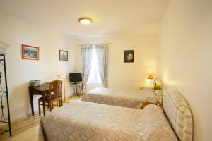 Un ou plusieurs lits dans un hébergement de l'établissement Logis Auberge La Cremaillere