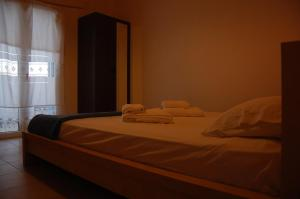 A bed or beds in a room at Maistrali