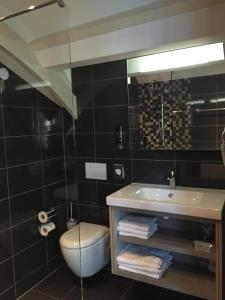 A bathroom at Golden Mansion Apartments