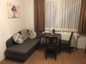 Ein Sitzbereich in der Unterkunft Gästehaus am Lindenhain