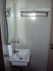 A bathroom at Catherine Hotel