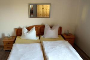 Ein Bett oder Betten in einem Zimmer der Unterkunft Pension zum Lusenblick