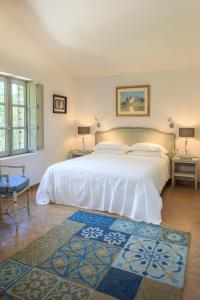 A bed or beds in a room at Le Jas de Gordes
