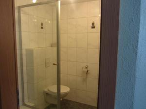 Ein Badezimmer in der Unterkunft Hotel Gasthof Pension Riebel