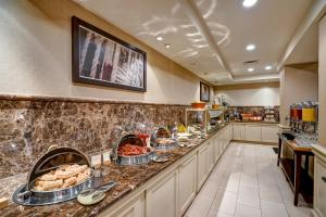 A restaurant or other place to eat at DoubleTree by Hilton Downtown Wilmington - Legal District