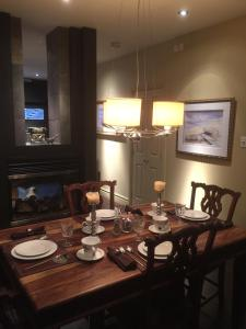 A restaurant or other place to eat at Sir Montcalm Gite B&B