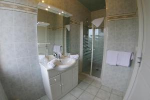 A bathroom at Hotel L'Ecureuil