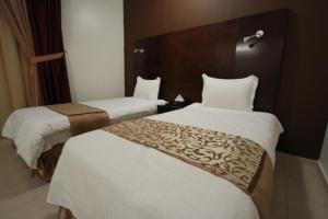 Cama ou camas em um quarto em Raoum Inn Majmaa