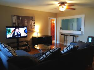 A seating area at Downtown 1 Bedroom Apartment 18H