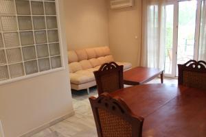 A seating area at Apartamento Alcotan Novo Sancti Petri - Planta baja con jardin privado