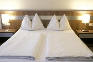 A bed or beds in a room at Hotel Carina