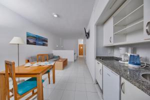 A kitchen or kitchenette at Coral Teide Mar