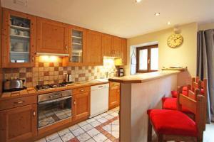 A kitchen or kitchenette at La Ferme des Praz apartment - Chamonix All Year