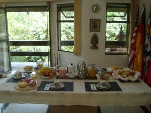 Breakfast options available to guests at Hospedagem Three Little Birds