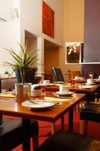 A restaurant or other place to eat at Kingston Lodge Hotel