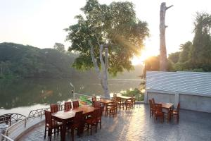 A restaurant or other place to eat at Princess River Kwai Hotel
