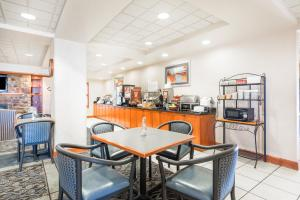 A restaurant or other place to eat at Wingate by Wyndham Erie