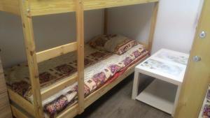 Двухъярусная кровать или двухъярусные кровати в номере Хостел Travel