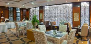 Um restaurante ou outro lugar para comer em Al Farhan Suites Ishbillia