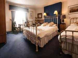 A bed or beds in a room at Gales Of Llangollen