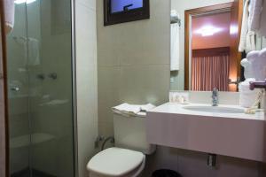A bathroom at Hotel Continental Business - 200 metros do Complexo Hospitalar Santa Casa