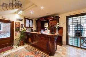 O saguão ou recepção de Hotel Al Ponte Dei Sospiri