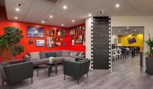 The lobby or reception area at Hôtel Kyriad Rennes