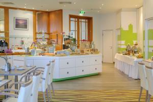 Ein Restaurant oder anderes Speiselokal in der Unterkunft Mercure Hotel Greifswald Am Gorzberg