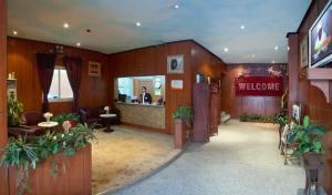 O saguão ou recepção de Al Farhan Hotel Suites Al Aqiq