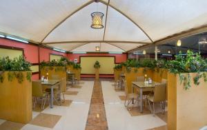 Um restaurante ou outro lugar para comer em Al Farhan Hotel Suites - Al Salam