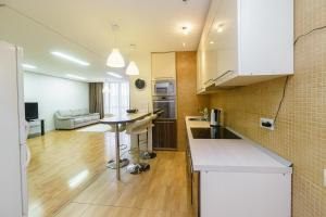 Кухня или мини-кухня в Apartment on pr-t Lenina 148