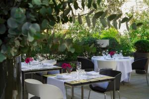 A restaurant or other place to eat at Alma Barcelona GL