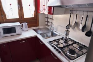 Cucina o angolo cottura di Venezia Biennale Bianco & Rosso