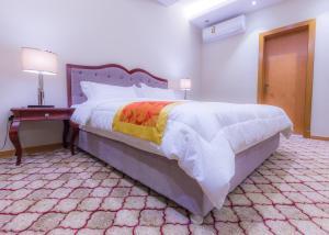 Cama ou camas em um quarto em Akdal Alarabia Aparthotel