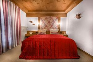 A bed or beds in a room at Dreimäderlhaus - Boutique Hotel