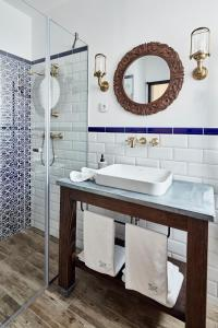 A bathroom at Maison Bistro & Hotel