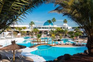 Het zwembad bij of vlak bij Elba Lanzarote Royal Village Resort